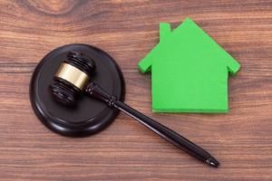 Die Kündigungsfrist von Mietwohnungen verlängert sich beim geteilten Zweifamilienhaus mit dem Vermieter.
